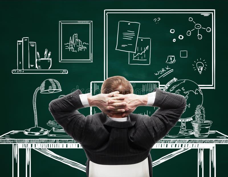 Hombre de negocios que se relaja en oficina exhausta imagen de archivo libre de regalías