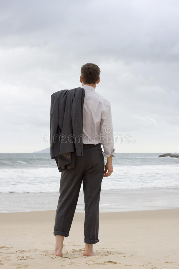 Hombre de negocios que se relaja en una playa fotos de archivo libres de regalías