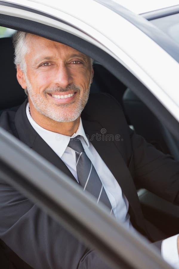 Hombre de negocios que se sienta en asiento de conductores imágenes de archivo libres de regalías