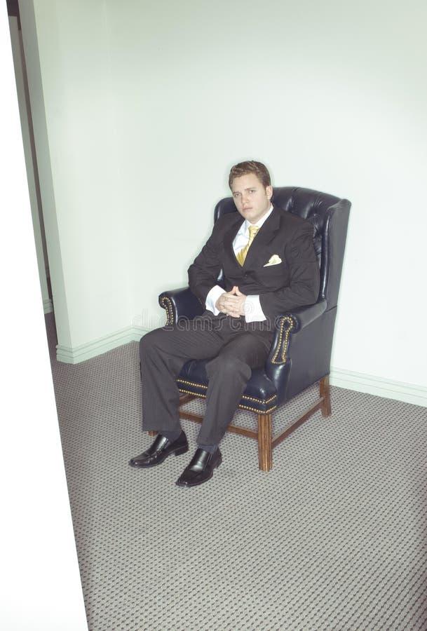 Hombre de negocios que se sienta en silla foto de archivo libre de regalías