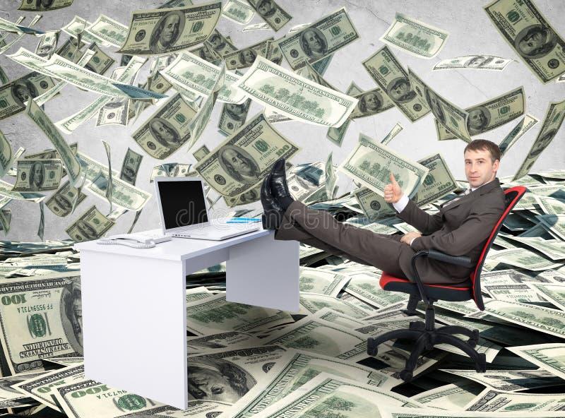 Hombre de negocios que se sienta en silla con el ordenador portátil de la tabla imagenes de archivo