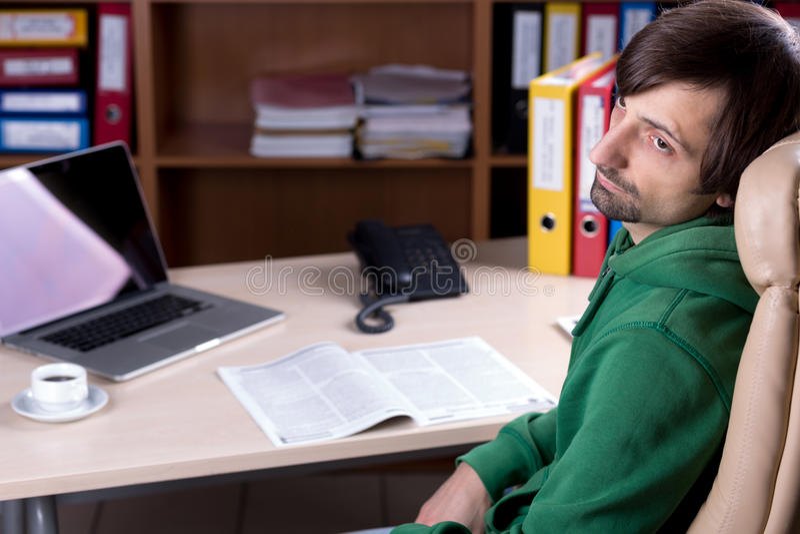 Hombre de negocios que se sienta en silla en el pensamiento del escritorio de oficina fotos de archivo
