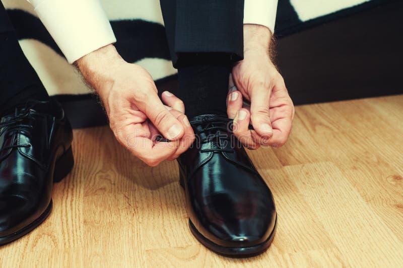 Hombre de negocios que se viste para arriba con los zapatos clásicos, elegantes Desgaste del novio imagen de archivo