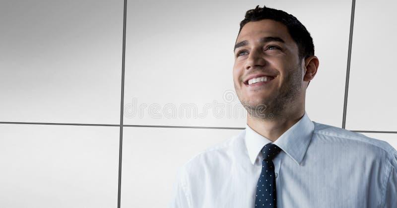 Hombre de negocios que sonríe con éxito en perspectiva del almacén con la pared alineada imagenes de archivo