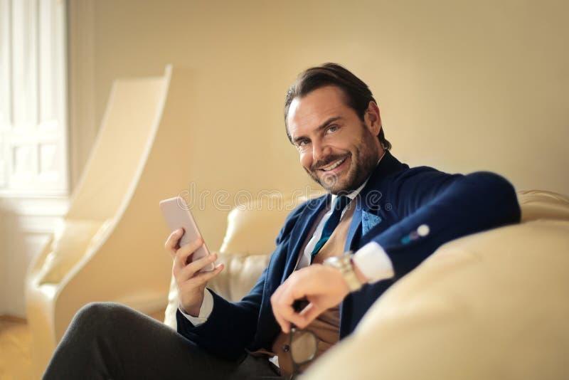 Hombre de negocios que sonríe a la cámara foto de archivo