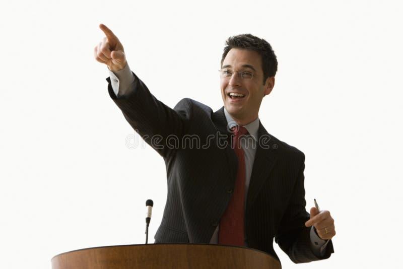 Hombre de negocios que sonríe y que señala - aislado fotos de archivo