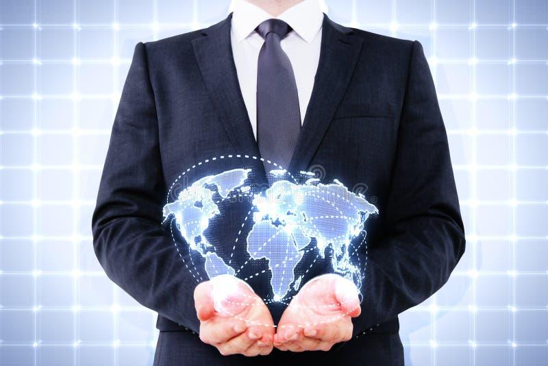Hombre de negocios que sostiene el mapa del mundo digital foto de archivo libre de regalías