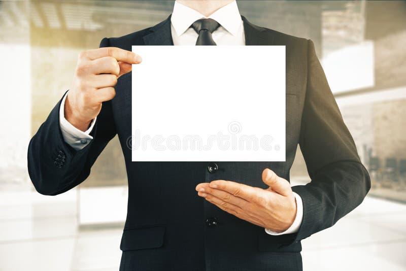 Hombre de negocios que sostiene el papel en blanco stock de ilustración