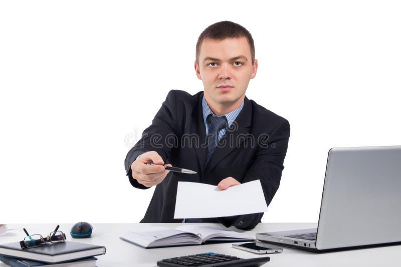 - Hombre de negocios que sostiene el papel y la pluma y que los da para la firma foto de archivo