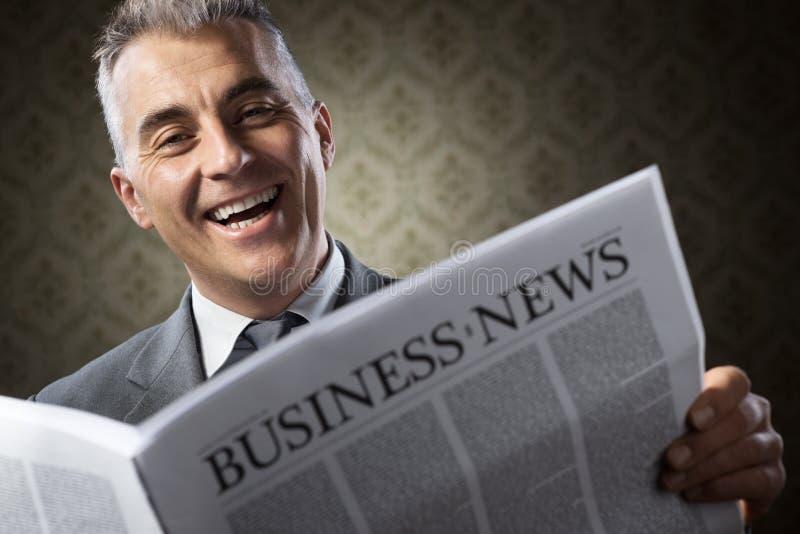 Hombre de negocios que sostiene el periódico imágenes de archivo libres de regalías
