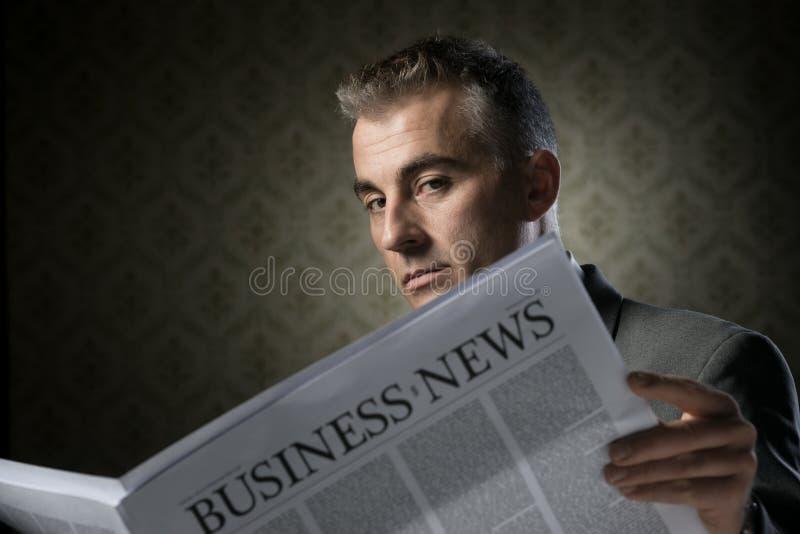 Hombre de negocios que sostiene el periódico foto de archivo libre de regalías