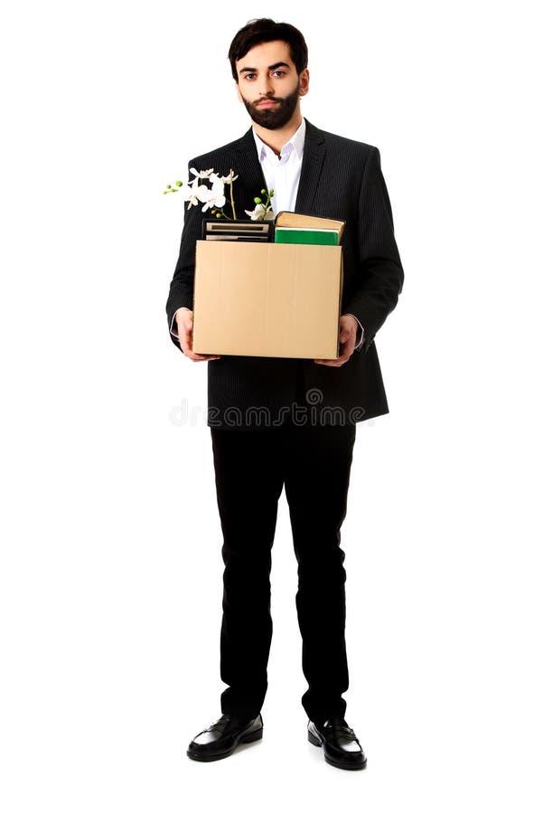 Hombre de negocios que sostiene la caja con los objetos personales imagen de archivo