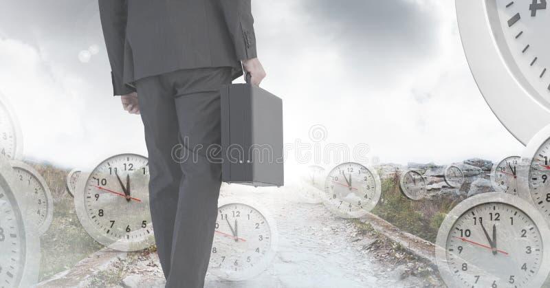 Hombre de negocios que sostiene la cartera con la transición surrealista del tiempo de relojes fotos de archivo