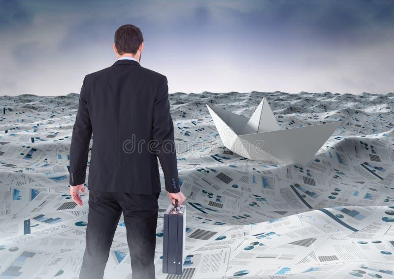 Hombre de negocios que sostiene la cartera en el mar de documentos debajo de las nubes del cielo y del barco de papel imagen de archivo libre de regalías