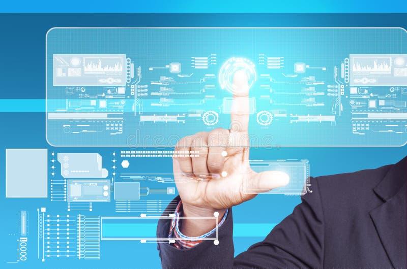 Hombre de negocios que sostiene la pantalla táctil imagen de archivo