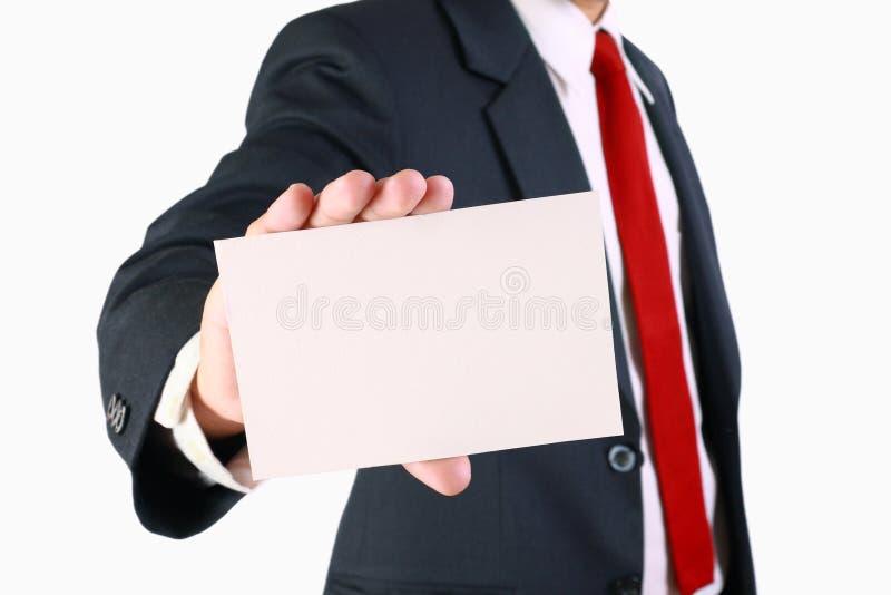Hombre de negocios que sostiene la tarjeta blanca en blanco fotografía de archivo libre de regalías