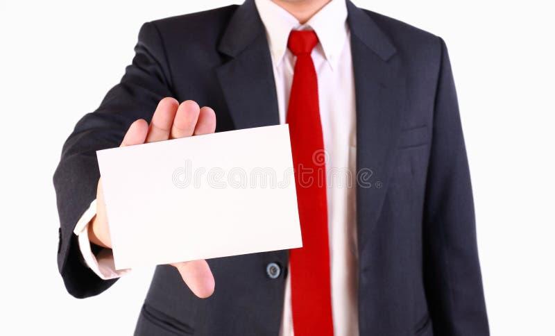 Hombre de negocios que sostiene la tarjeta blanca en blanco fotos de archivo libres de regalías