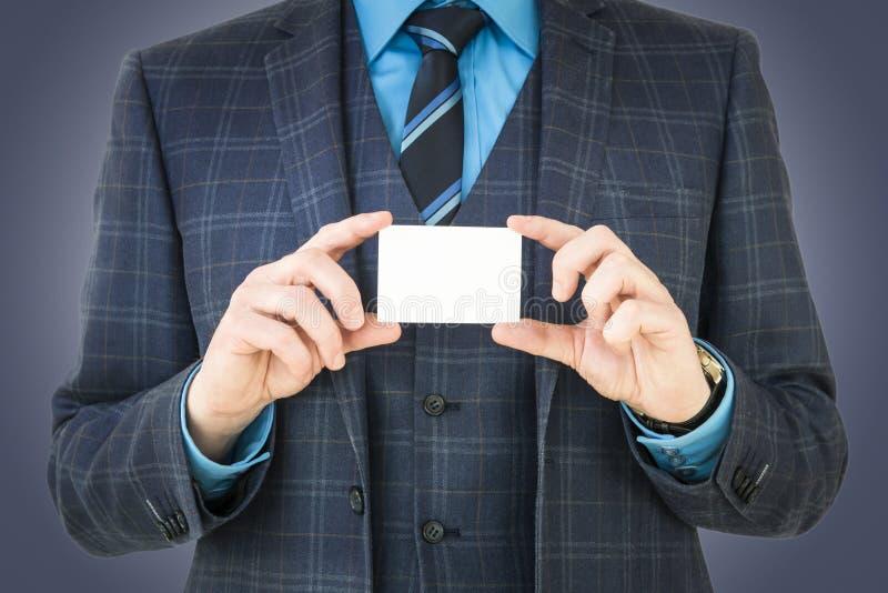 Hombre de negocios que sostiene la tarjeta de visita con el sitio para el texto y el gráfico foto de archivo libre de regalías