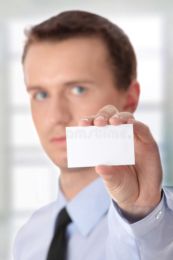 Hombre de negocios que sostiene la tarjeta en blanco imagen de archivo libre de regalías