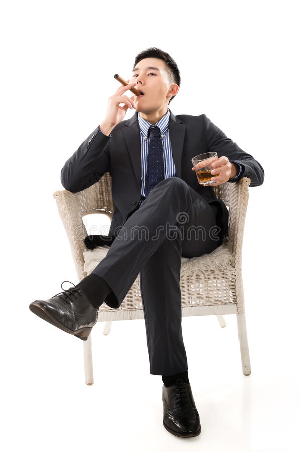 Hombre de negocios que sostiene un cigarro fotos de archivo