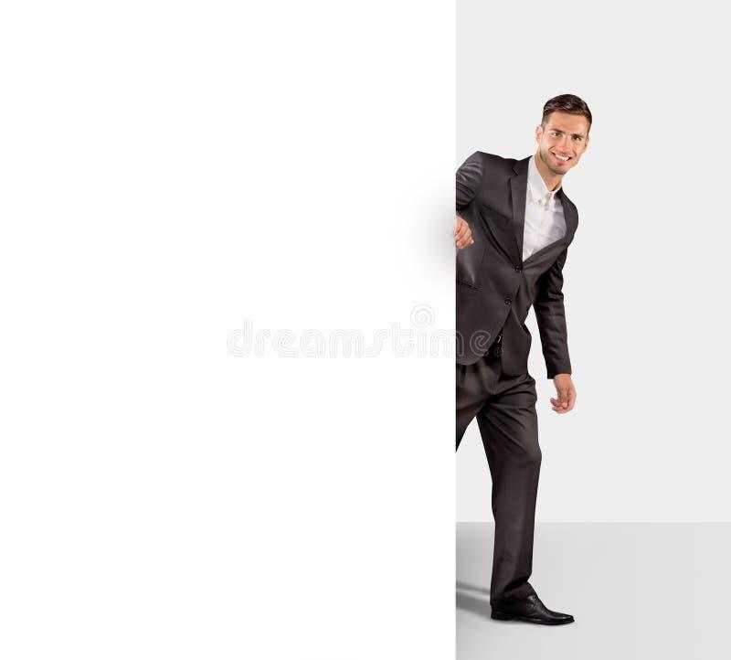 Hombre de negocios que sostiene un papel en blanco fotografía de archivo