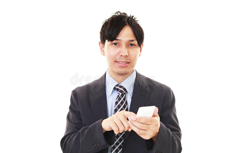 Hombre de negocios que sostiene un teléfono elegante fotos de archivo