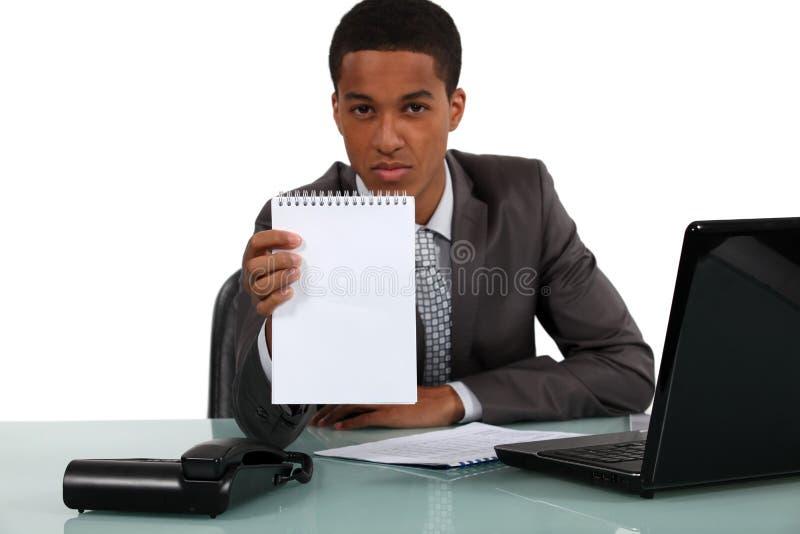Hombre de negocios que sostiene una libreta foto de archivo