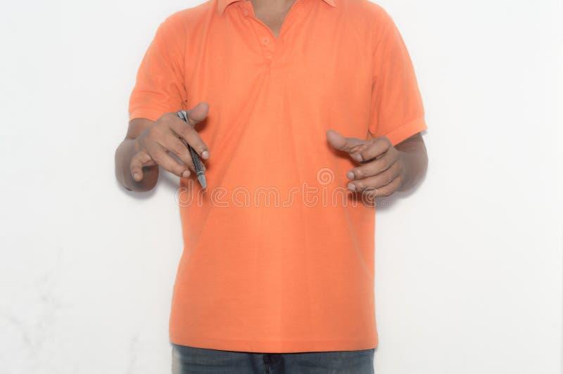 Hombre de negocios que sostiene una pluma en su mano, explicando una estrategia de marketing Conceptual fotos de archivo