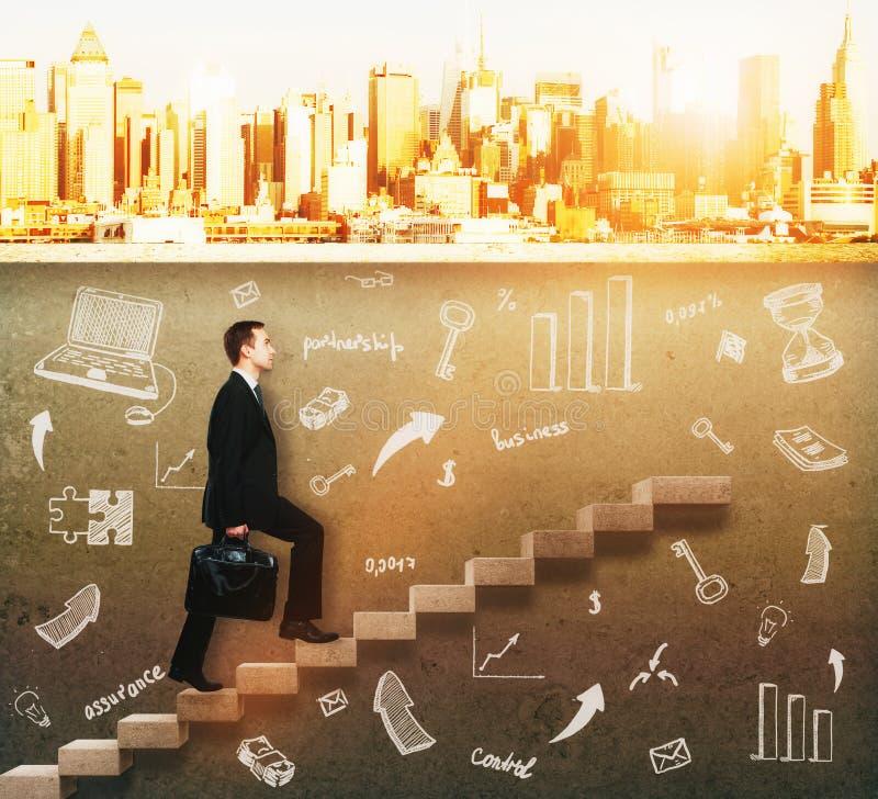 Hombre de negocios que sube en escalera concreta imagen de archivo