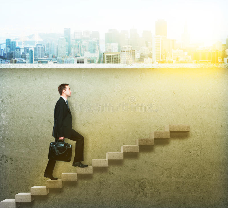 Hombre de negocios que sube la escalera concreta foto de archivo libre de regalías