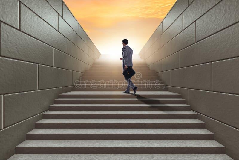 Hombre de negocios que sube la escalera para arriba estimulante de la carrera en el negocio co fotos de archivo libres de regalías