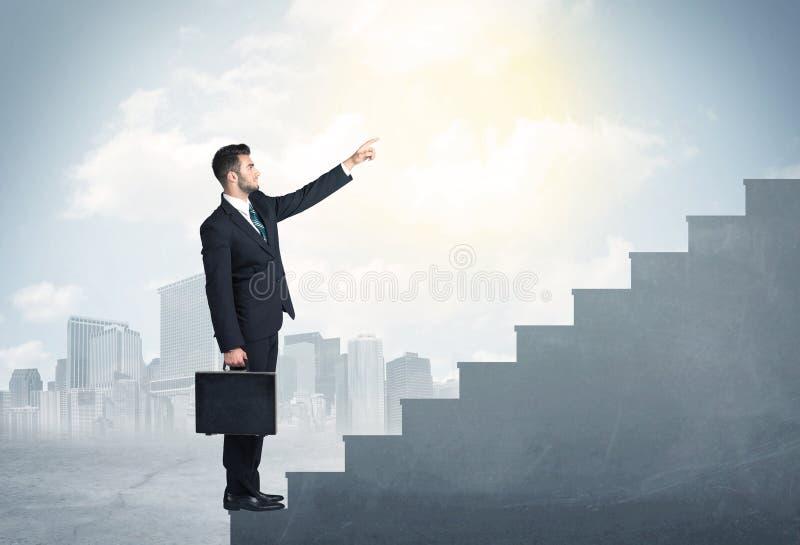 Hombre de negocios que sube para arriba un concepto concreto de la escalera fotografía de archivo