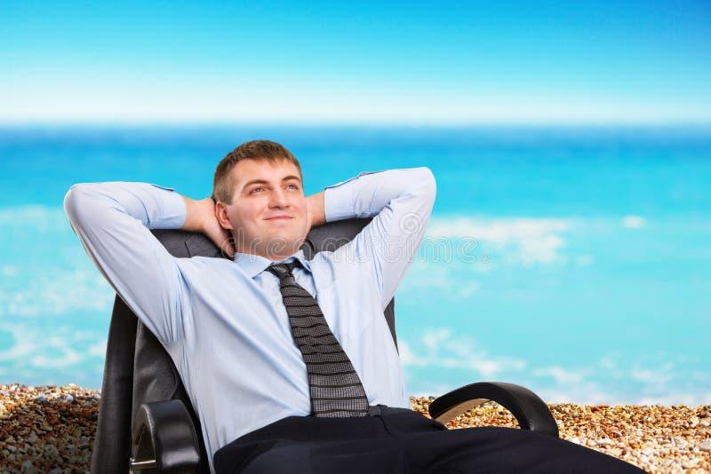 Hombre de negocios que sueña sobre vacaciones imagenes de archivo