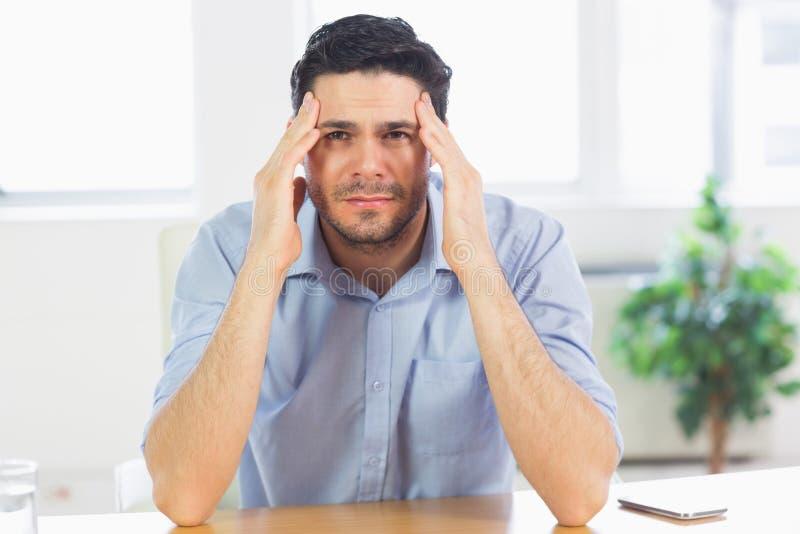 hombre de negocios que sufre de dolor de cabeza imágenes de archivo libres de regalías