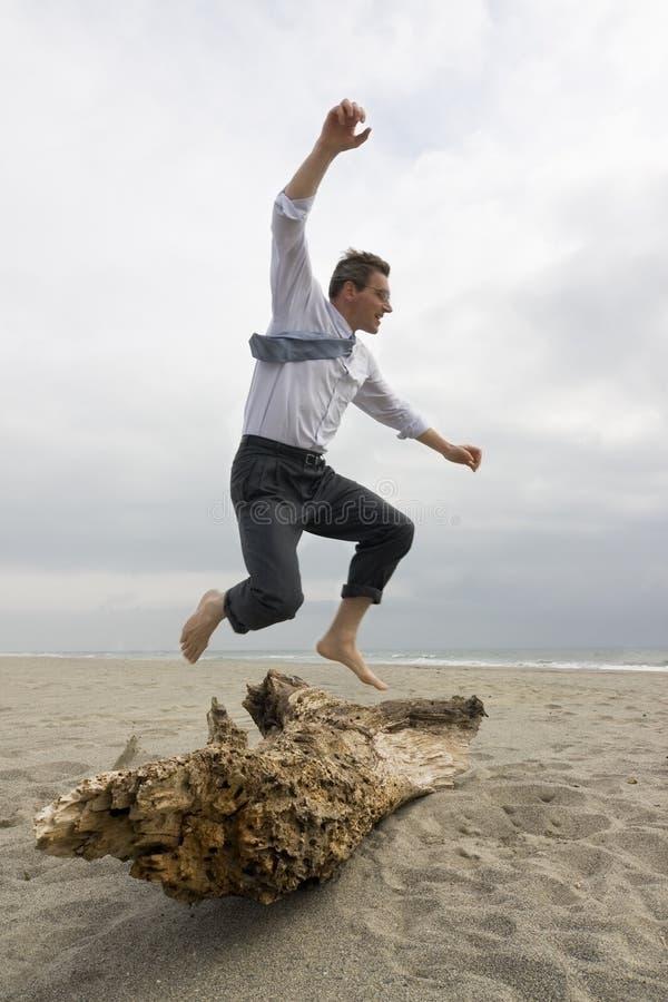 Hombre de negocios que supera un obstáculo foto de archivo libre de regalías