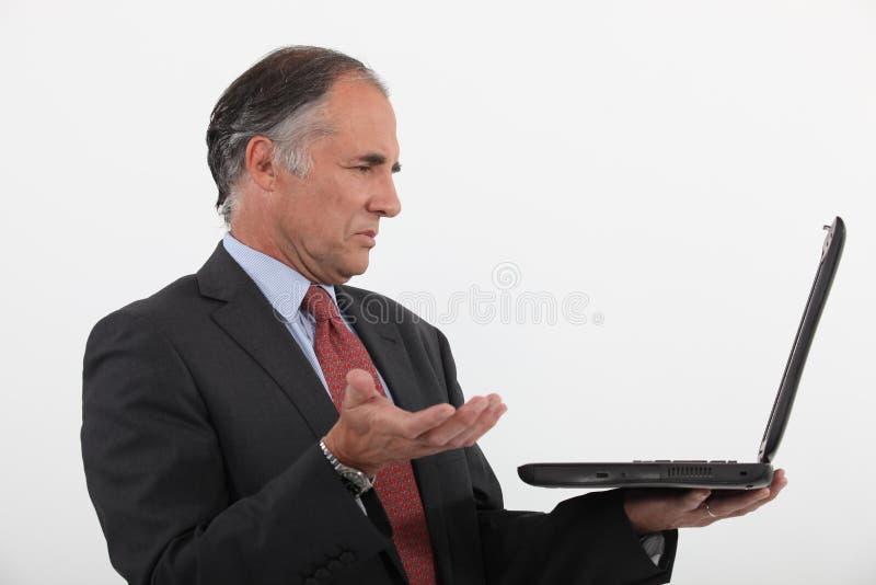 Hombre de negocios que tiene problemas técnicos imagenes de archivo