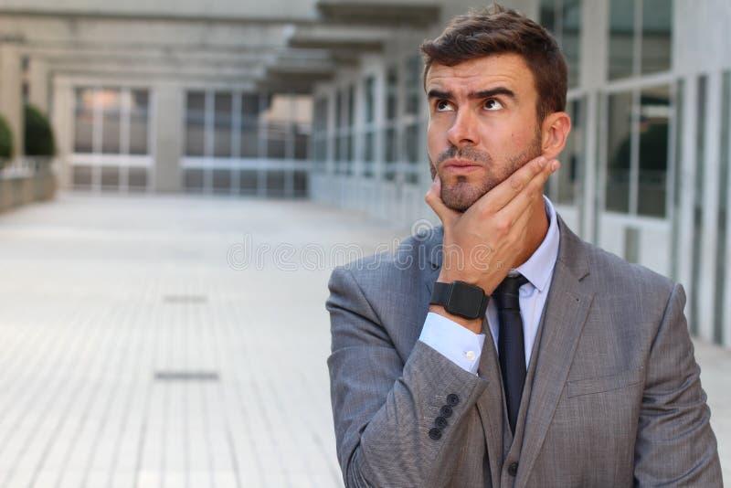 Hombre de negocios que tiene un dilema importante imagenes de archivo