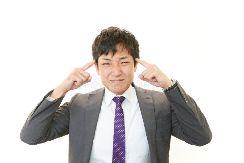 Hombre de negocios que tiene un dolor de cabeza imágenes de archivo libres de regalías