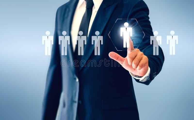 Hombre de negocios que toca el botón virtual de la persona sobre el concepto de persona de reclutamiento y de desarrollo personal imagen de archivo libre de regalías