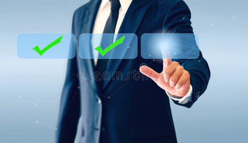 Hombre de negocios que toca el botón virtual de las marcas de verificación El concepto de decisión económica puede correcto o inc imagenes de archivo
