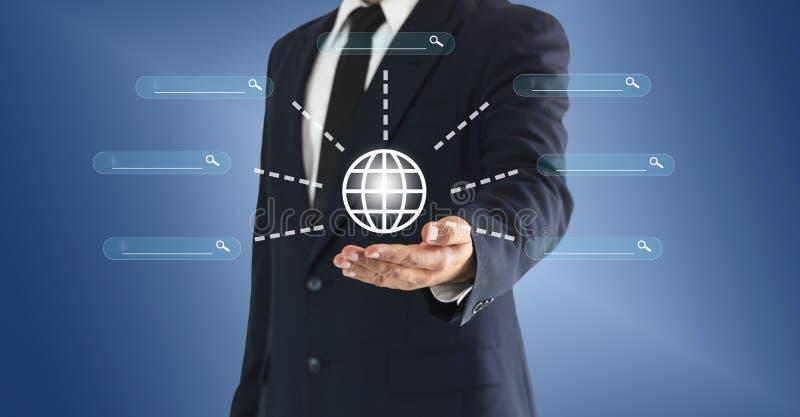 Hombre de negocios que toca el mundo y el botón virtual de la búsqueda El concepto de información y de noticias globales se puede imagen de archivo libre de regalías
