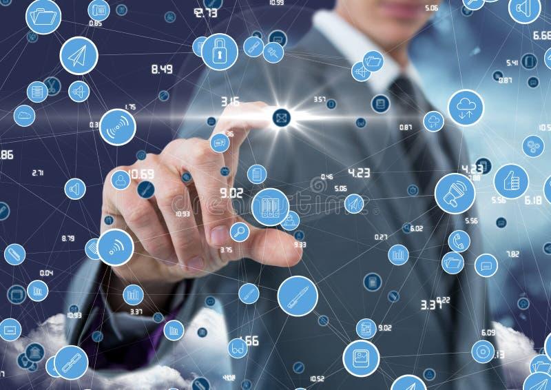 Hombre de negocios que toca iconos de conexión digital generados foto de archivo libre de regalías