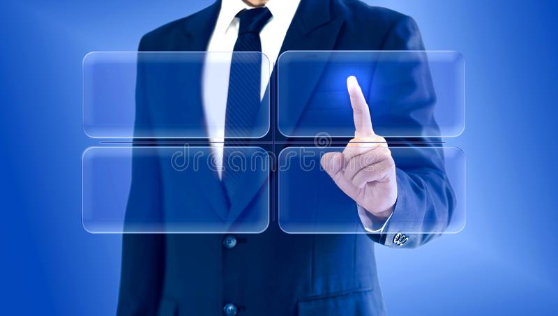 Hombre de negocios que toca la matriz virtual de la carta de los botones Copie el espacio para su texto o imagen fotos de archivo libres de regalías