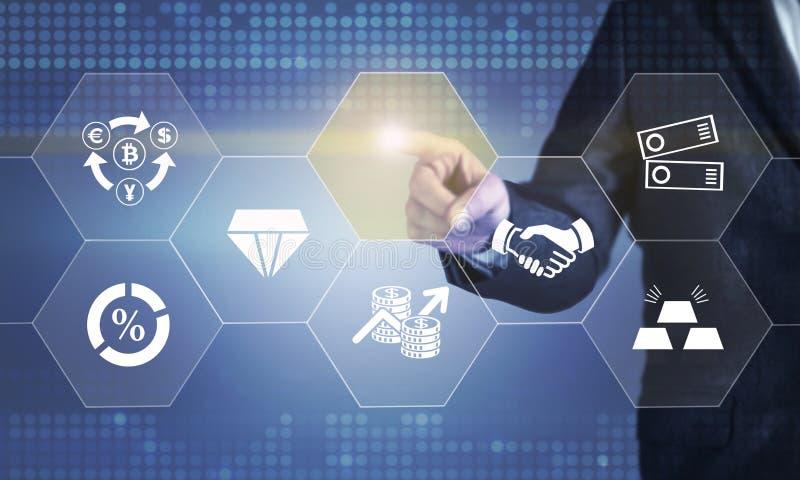 Hombre de negocios que toca la pantalla sobre los instrumentos de la inversión financiera imagen de archivo