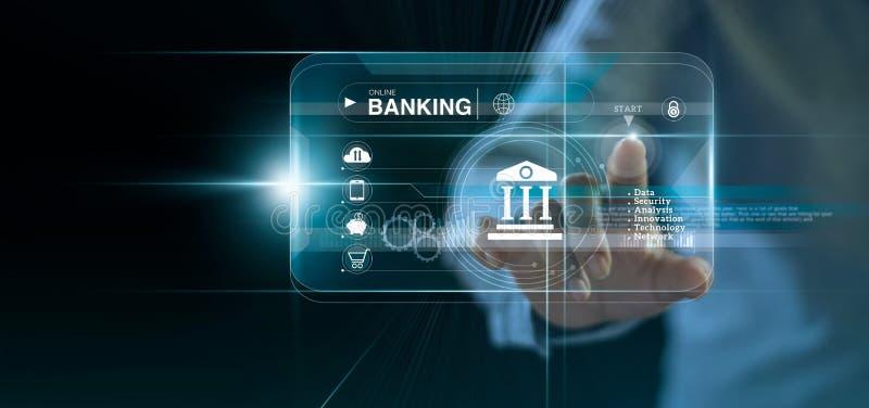 Hombre de negocios que toca las actividades bancarias en l?nea y la conexi?n de red del icono, pagos en l?nea del icono imágenes de archivo libres de regalías