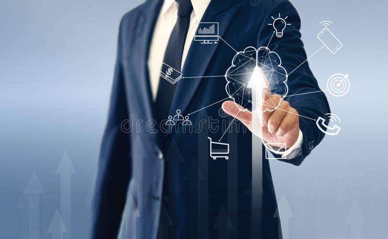 Hombre de negocios que toca los botones virtuales, el cerebro Un hombre de negocios acertado del intercambio de ideas foto de archivo libre de regalías