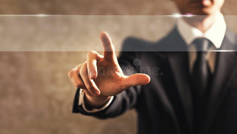 Hombre de negocios que toca una pantalla fotos de archivo libres de regalías