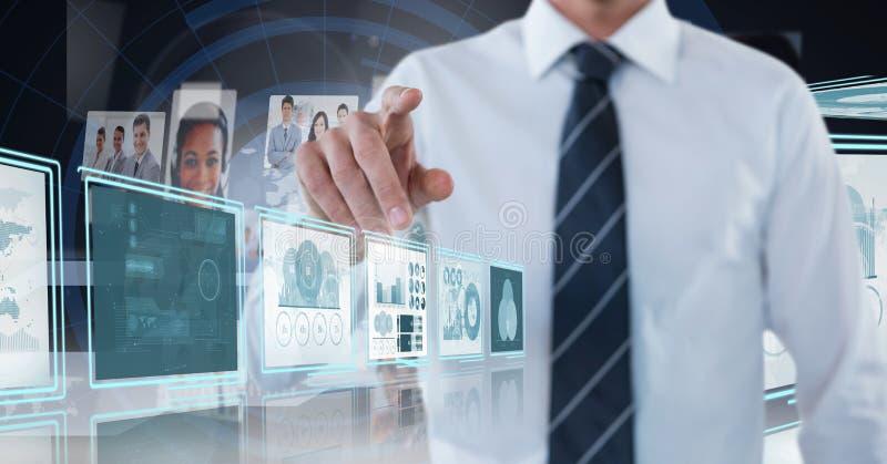 Hombre de negocios que toca y que obra recíprocamente con los paneles del interfaz de la tecnología fotografía de archivo