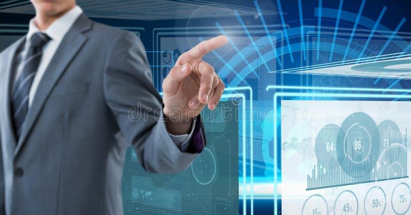 Hombre de negocios que toca y que obra recíprocamente con los paneles del interfaz de la tecnología fotos de archivo libres de regalías