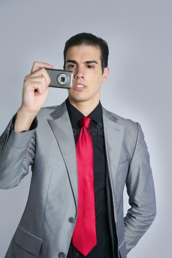 Hombre de negocios que toma las fotos con la cámara del teléfono foto de archivo libre de regalías